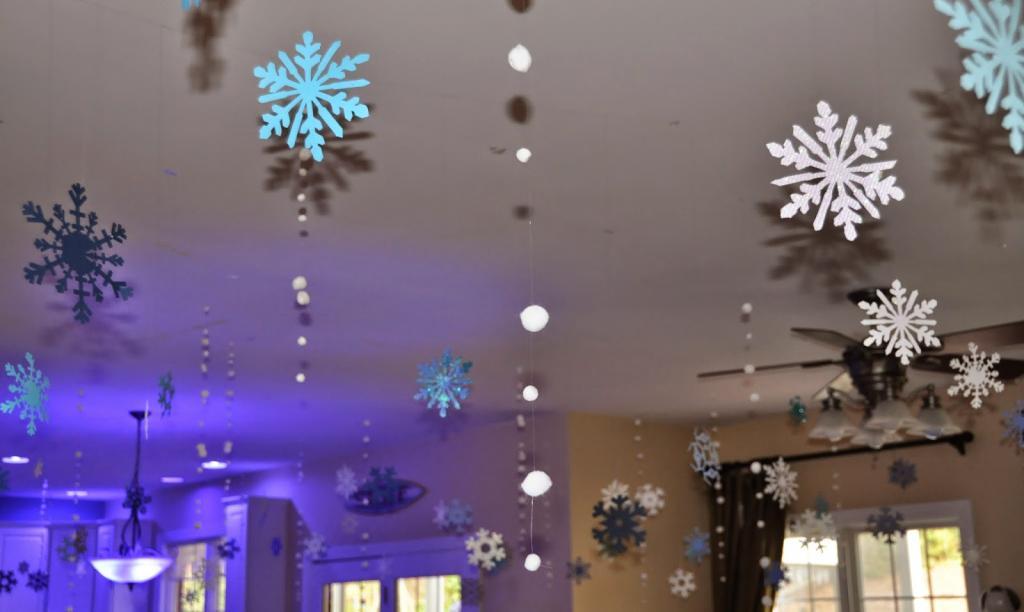 Потолок можно украсить снежинками