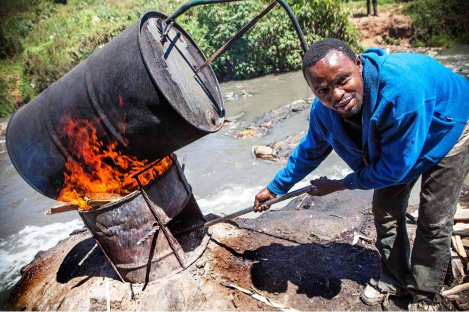 кениец готовит самогон
