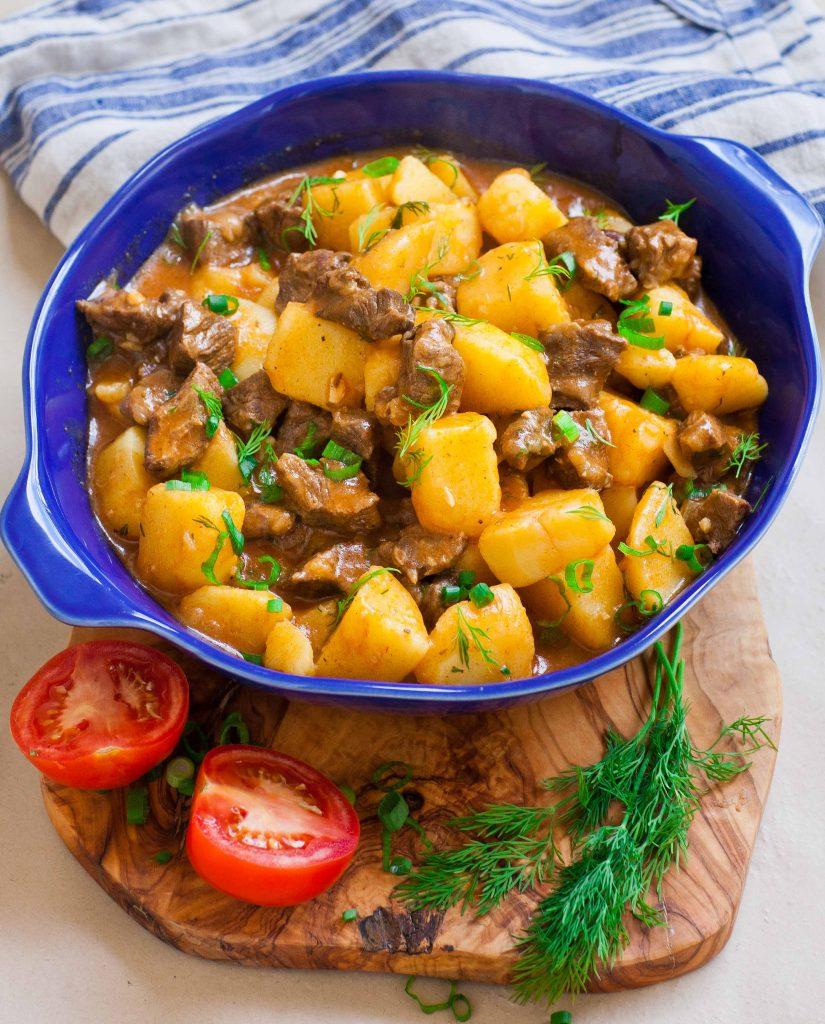 Картофель с мясом тушеный в духовке