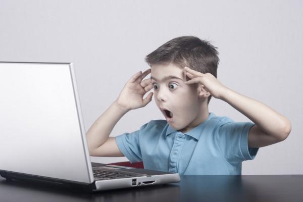 мальчик удивляется тому, что увидел на экране