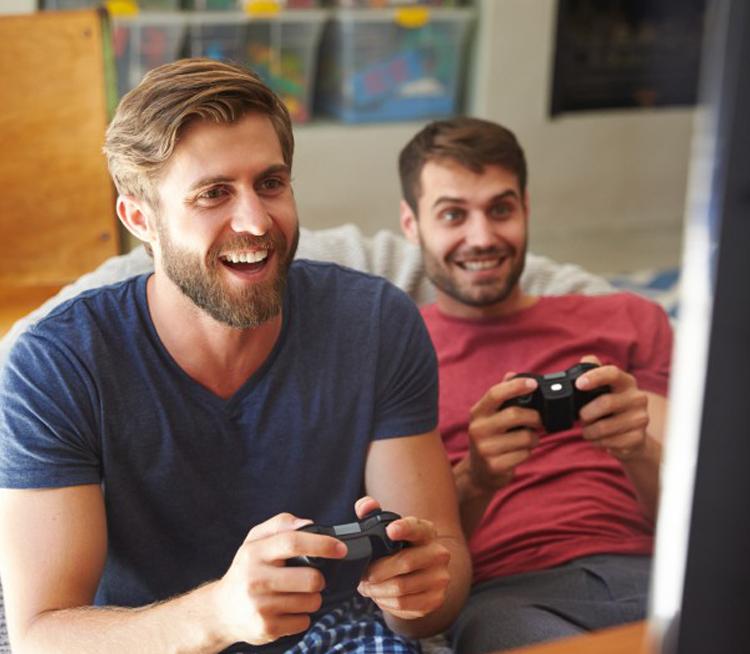 мужчины играют в компьютерную игру