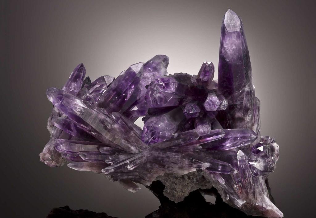 Аметист фиолетового цвета