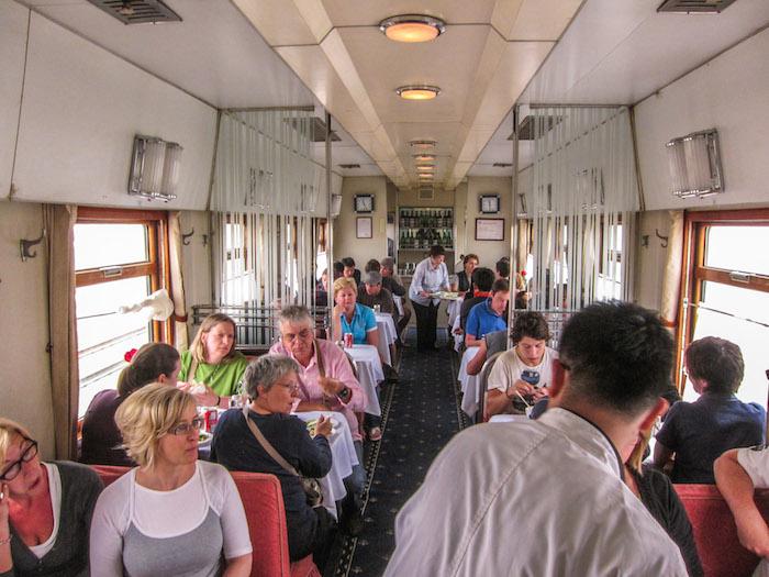 Вагон-ресторан в поезде
