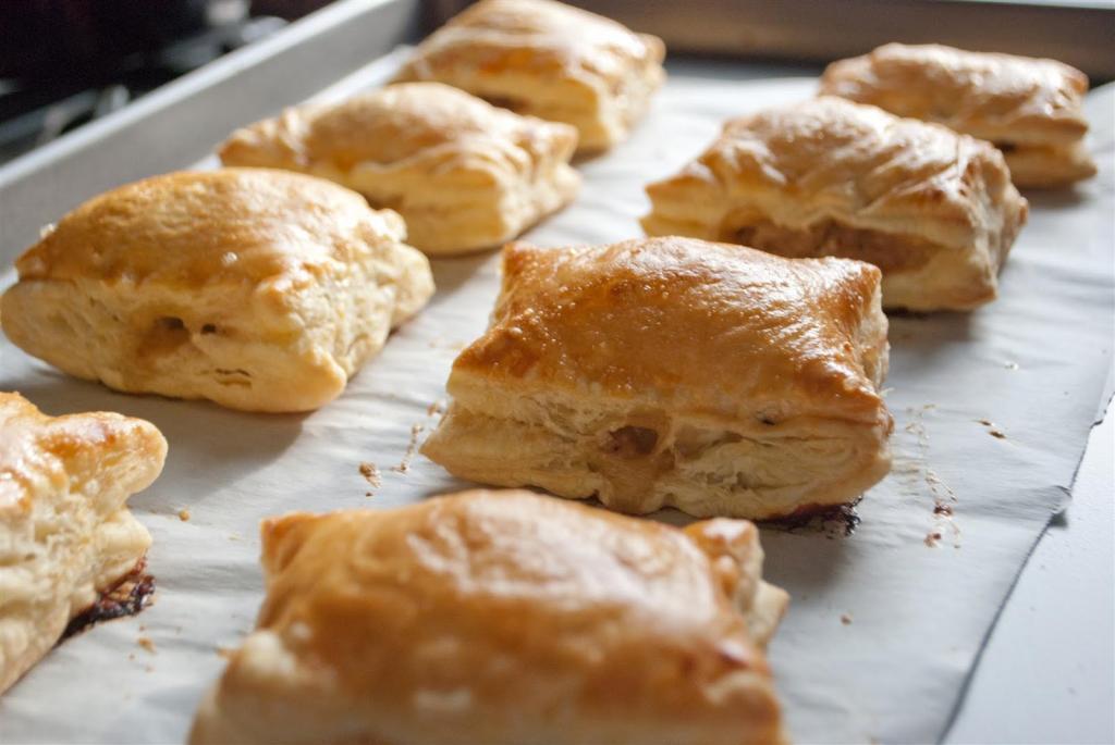 слоеные пирожки с паштетом и грибами