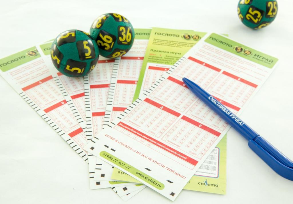 билеты лотереи и шары из лототрона