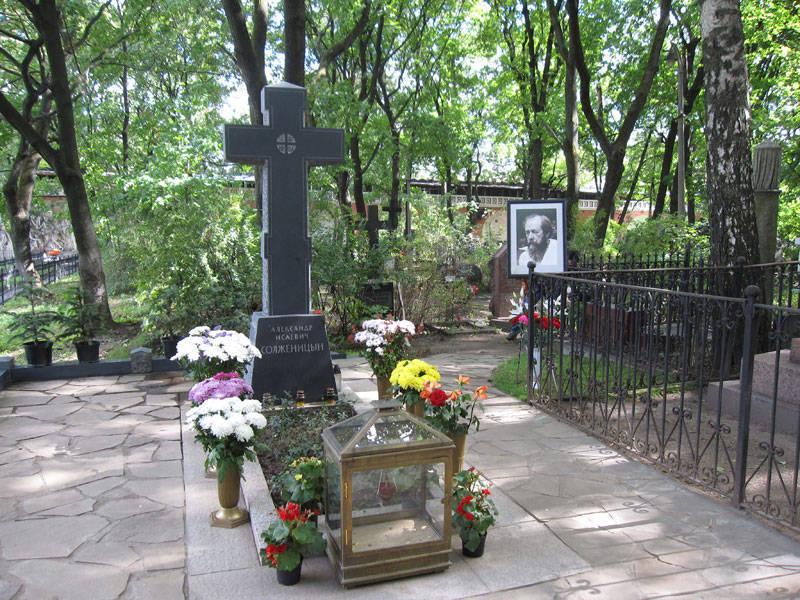 Могила Солженицына